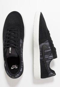 Nike SB - TEAM CLASSIC PRM - Trainers - black/summit white - 1