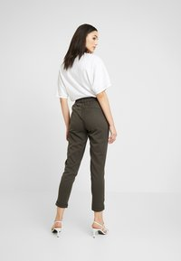 ONLY - ONLGINA KAYA PANTS - Broek - beluga - 2
