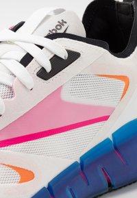 Reebok Classic - ZIG KINETICA HORIZON - Sneakersy niskie - white/vector blue/proud pink - 5