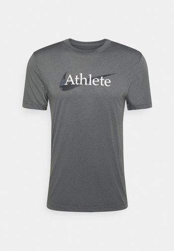 DRY TEE  ATHLETE CAMO - Print T-shirt - iron grey