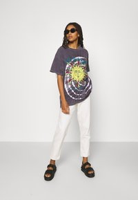 BDG Urban Outfitters - MYTHOLOGIES DAD TEE - T-shirt con stampa - grey - 1