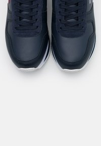 Tommy Jeans - FLATFORM ESSENTIAL RUNNER - Trainers - twilight navy - 5