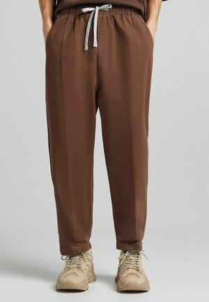 LOOSE FIT - Spodnie materiałowe - brown