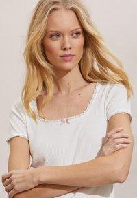 Odd Molly - MAGDA - Basic T-shirt - light chalk - 2