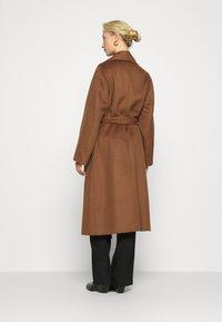 IVY & OAK - BATHROBE COAT - Klasyczny płaszcz - brown - 2