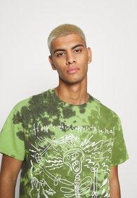 Vintage Supply - SKELETON SLOGAN GRAPHIC TYE DYE - Print T-shirt - green - 3