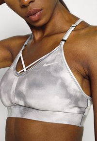 Nike Performance - INDY SKY BRA - Sport-BH med lätt stöd - smoke grey/black/white - 4
