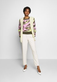Neuw - UNDERCOVER - Jumper - flamingo military - 1