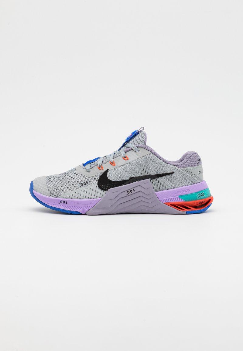 Nike Performance - METCON 7 UNISEX - Sports shoes - light smoke grey/black/violet haze/lilac/team orange/racer blue