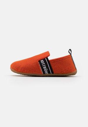 T-MODELL UNISEX - Slippers - lava