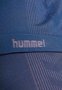Hummel - HMLCALYPSO SEAMLESS  - Printtipaita - black iris - 5