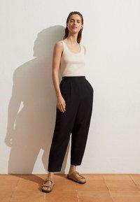 OYSHO - MIT LEINENANTEIL - Trousers - black - 1