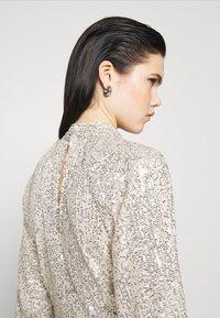 NA-KD - SEQUIN BALLOON SLEEVE - T-shirt à manches longues - silver - 4