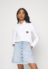 Tommy Jeans - REGULAR BADGE SHIRT - Chemisier - white - 0