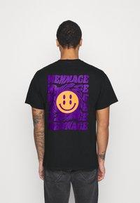 Mennace - UNISEX MENNACE TWISTED  - Print T-shirt - black - 0