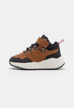 MID CUT SHOE CLIMB RX UNISEX - Chaussures d'entraînement et de fitness - brown