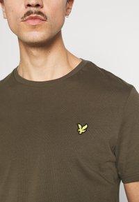 Lyle & Scott - PLAIN - T-shirt - bas - olive - 5