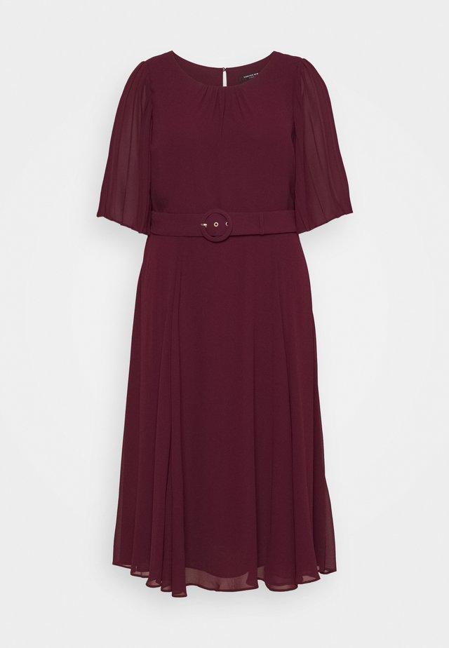 SALLY PLEAT SLEEVE MIDI DRESS - Denní šaty - enchanted