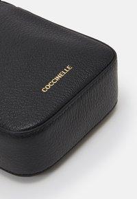 Coccinelle - LISY CROSSBODY - Taška spříčným popruhem - noir - 3