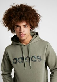 adidas Performance - CAMO ESSENTIALS LINEAR SPORT HODDIE SWEAT - Felpa con cappuccio - green - 3