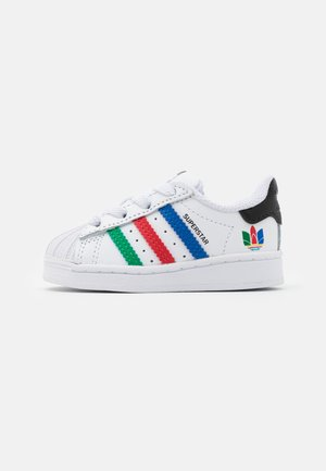 SUPERSTAR SPORTS INSPIRED SHOES UNISEX - Lær-at-gå-sko - footwear white/green/core black