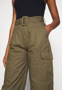 Tommy Jeans - HIGH RISE BELTED PANT - Spodnie materiałowe - olive tree - 3