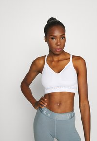Under Armour - SEAMLESS LOW LONG BRA - Sports bra - white - 0
