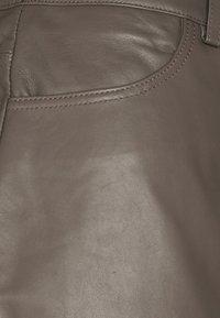 Lovechild - ASTON - Leather trousers - walnut - 2