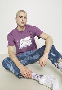 Edwin - UNEVEN LOVE UNISEX - Print T-shirt - chinese violet - 3