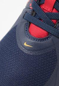 Nike Performance - TEAM HUSTLE D 9 FLYEASE UNISEX - Basketbalové boty - midnight navy/university red/white - 2