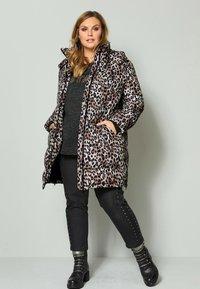 Sara Lindholm by HAPPYsize - Winter coat - beige schwarz - 1