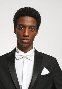 Selected Homme - SLHNIGHT NEW BOWTIE SET - Kapesník do obleku - white - 0