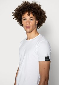 Replay - Basic T-shirt - white - 4