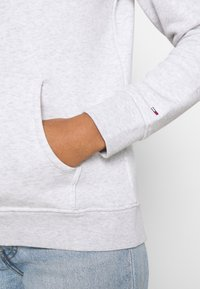 Tommy Jeans - LINEAR LOGO HOODIE - Sweat à capuche - silver grey heather - 4