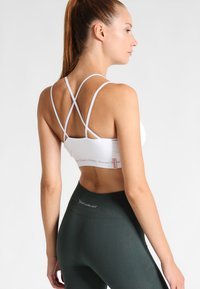 Yogasearcher - MATRIKA  - Light support sports bra - white - 2
