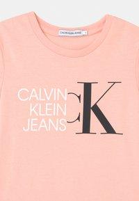 Calvin Klein Jeans - HYBRID LOGO SLIM - Triko spotiskem - pink - 2
