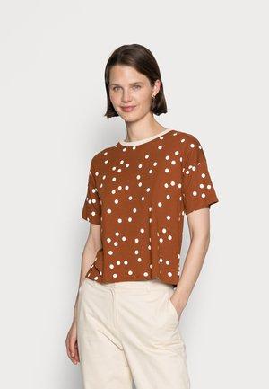 CROPPED DOT PRINT  - Print T-shirt - brown