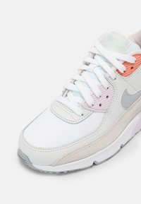 Nike Sportswear - AIR MAX 90 LTR GS UNISEX - Sneakersy niskie - white/platinum tint/light violet - 4