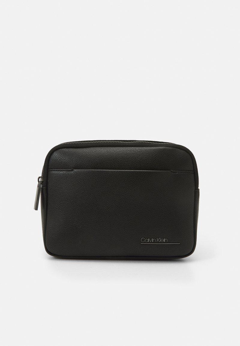 Calvin Klein - SQUARED WAISTBAG UNISEX - Sac banane - black