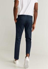 Mango - SLIM FIT-HOSE AUS TECHNISCHEM GEWEBE - Pantalon classique - marineblau - 2