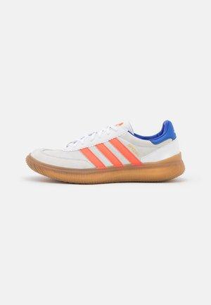 HB SPEZIAL PRO - Handbalschoenen - footwear white/solar red/sonic ink