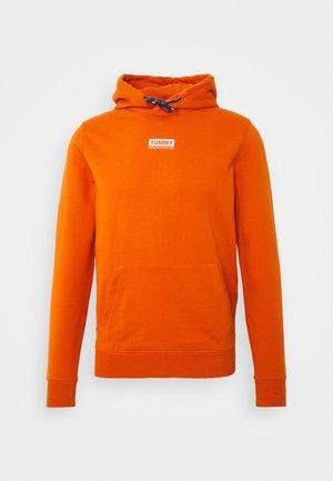 ESSENTIAL GRAPHIC HOODIE - Hoodie - bonfire orange