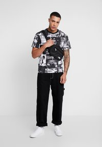 Diamond Supply Co. - MONTAGE TEE - T-shirt med print - black/white - 1