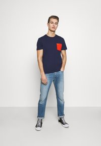 Lyle & Scott - CONTRAST POCKET - Print T-shirt - navy/burnt orange - 1