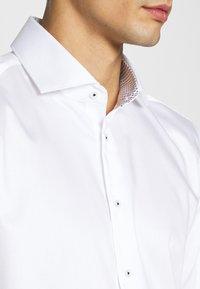 Seidensticker - SLIM LIGHT SPREAD KENT PATCH - Formal shirt - weiß - 5