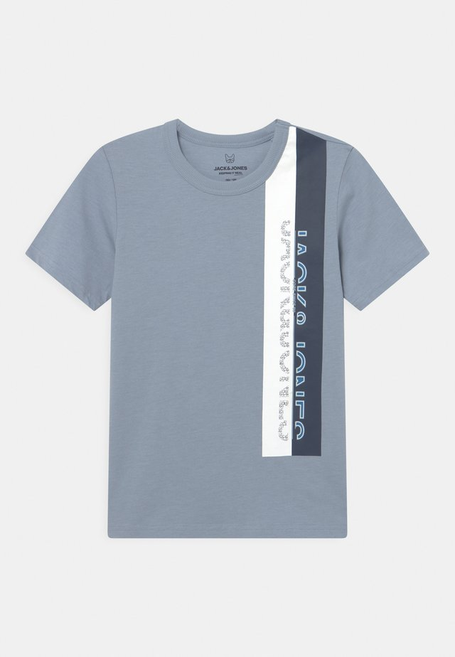 JCOOYESTER CREW NECK - T-shirt con stampa - dusty blue