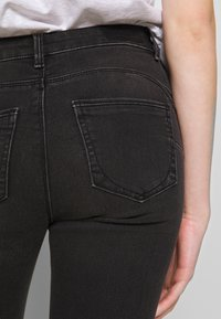 ONLY - ONLDAISY LIFE - Vaqueros pitillo - black denim - 5