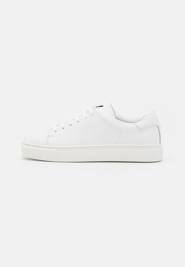 EXCLUSIVE SQUARED SHOES  - Trainers - white