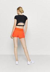 ASICS - ROAD SHORT - Pantaloncini sportivi - flash coral - 2