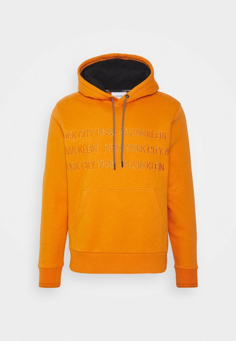Calvin Klein - GRAPHIC EMBROIDERY HOODIE - Felpa con cappuccio - orange thunder